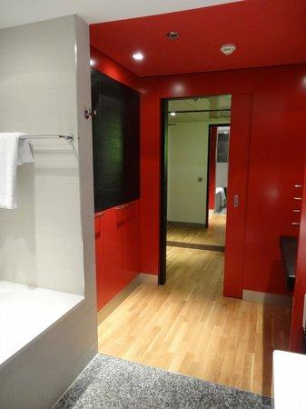 InterContinental Berlin: Closet and entrance corridor looking from bathroom side 