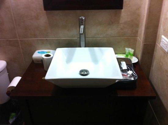 Rainbow Hotel: Nuestro baño, muy limpio