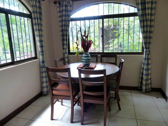 Villas Hermosas: Dining area in our villa, with native flowers