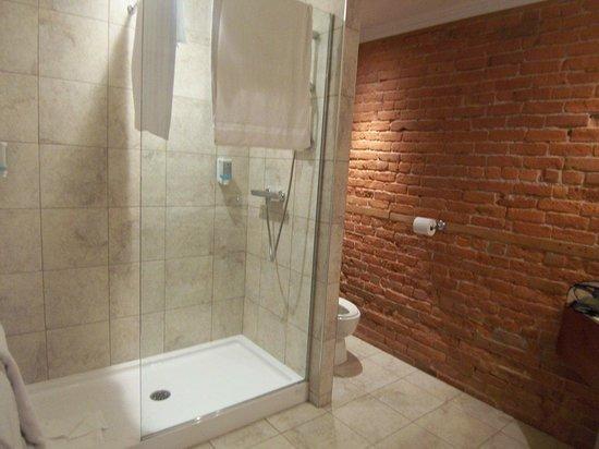 Le Grande-Allee Hotel and Suites: Grande douche dans une suite