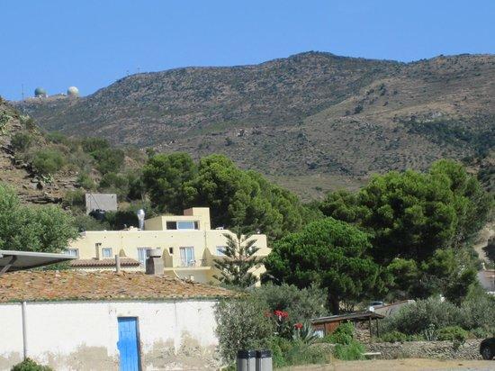 Cala Joncols: Das Hotel von außen - im Hintergrund die hohen Berge