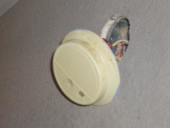 Americas Best Value Inn Vicksburg: Wonder if the smoke detector even works?