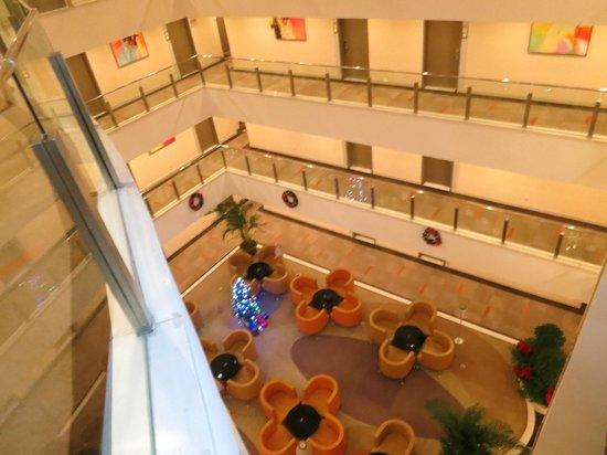 Citadines Central Xi'an: ホテル内の大きな吹き抜け クリスマスシーズンにはツリーもあり