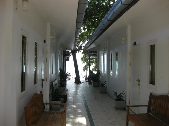 Sawasdee Coco Bungalows: entrance, left and right are standard doubles