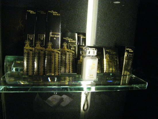 Hotel Lisboa Macau: バスルームにはいろいろ置いてあります