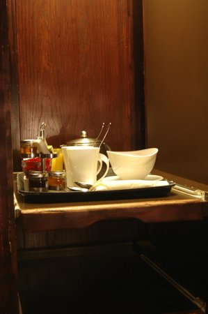 Windermere Suites: Breakfast fir for a king through the serving hatch ~ ambleside