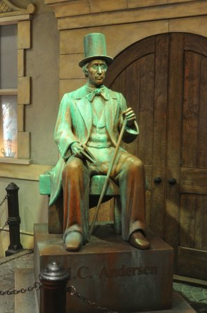 Hans Christian Andersen Place: Mini statue of HC Andersen