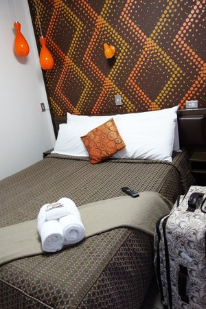 RotoVegas Motel of Rotorua: Comfy Bed and Funky Wallpaper!