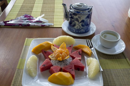 Bamboo Cottages & Restaurant: Fruit and green tea breakfast