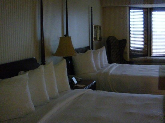 Santa Maria Inn: Bedroom. Comfy beds..plenty of room for roll away