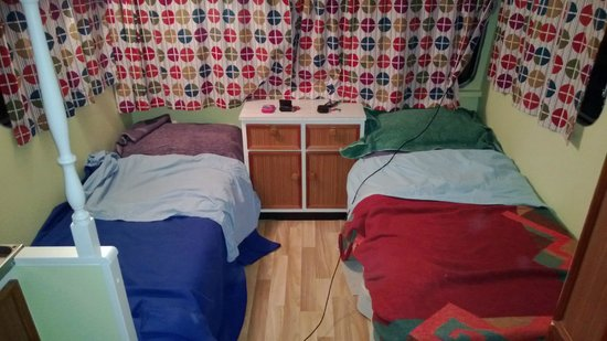 Te Aroha Holiday Park and Backpackers: Beds in Caravan Salomon