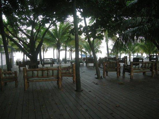 Henry Morgan Resort: Terrasse avant la plage