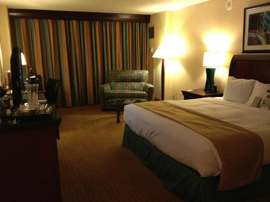 DoubleTree by Hilton Modesto: King Bedroom