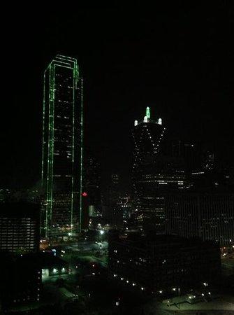 Omni Dallas Hotel: vista nocturna desde dormitorio