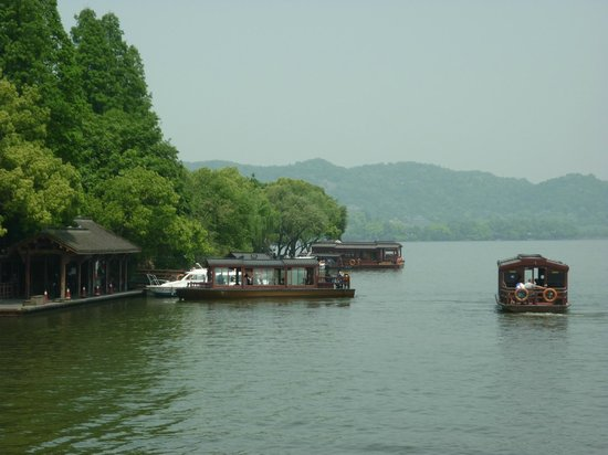 Su Causeway: take a ride around the lake and enjoy the beauty of nature
