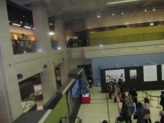 Kobe City Museum (Kobe Shiritsu Hakubutsukan) : 吹き抜けのロビーから見た2~3階。