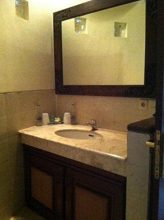 Blue Moon Villas: Nice clean bathroom