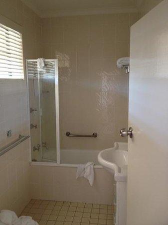 Quality Inn Country Plaza Queanbeyan : The bathroom