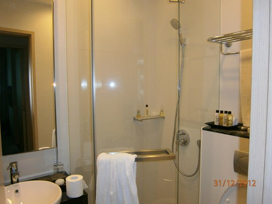Fraser Suites Singapore : Bathroom - small but efficient