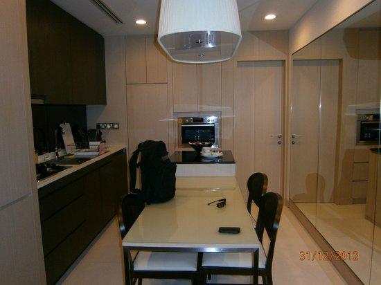 Fraser Suites Singapore : Kitchen/dining
