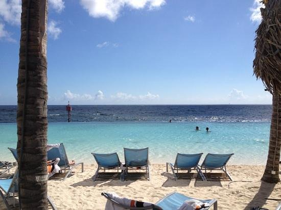 Renaissance Curacao Resort & Casino: infinity pool