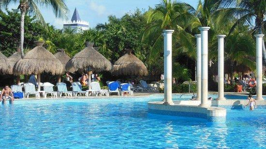 IBEROSTAR Paraiso Del Mar: Pool Scene