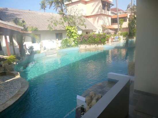Kuta Lagoon Resort & Pool Villa: shared entry to pool, no steps just a ledge