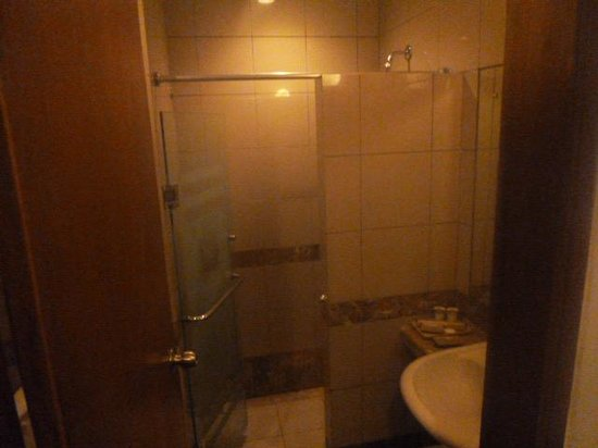 Kuta Lagoon Resort & Pool Villa: small bathroom