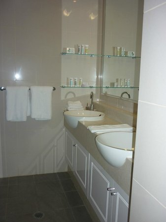 Mercure Resort Hunter Valley Gardens : Beautiful clean and crisp Bathroom!