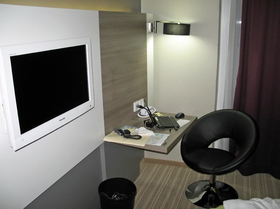 Hotel Demas City : tv and small desk
