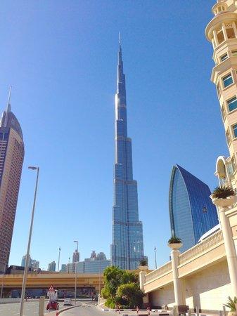 Al Murooj Rotana: ホテルの駐車場から見えるタワー