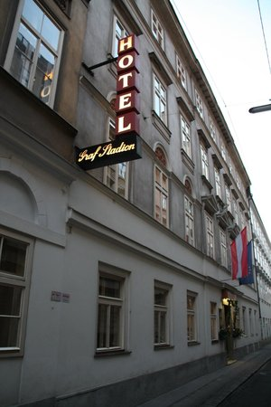 Hotel Graf Stadion : Front entrance of the hotel