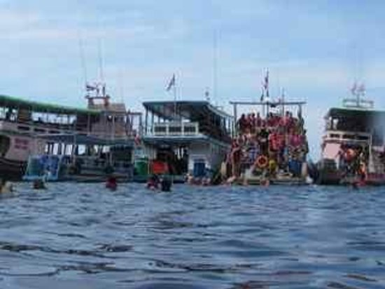 Ko Muk, Thailandia: 5 huge boat each carrying about 50 tourists