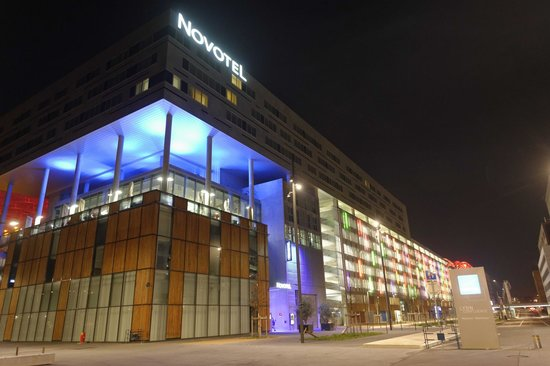 Novotel Lyon Confluence : A view from the front by night