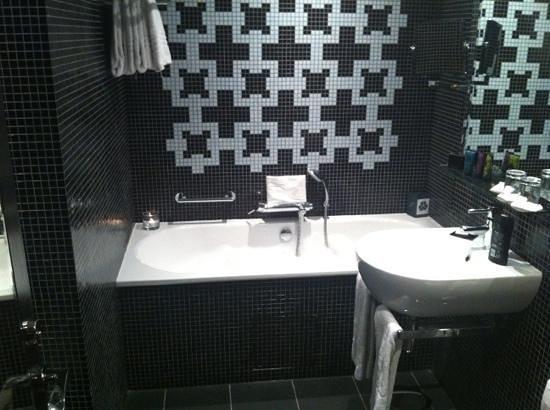 The Fitzwilliam Hotel Belfast: baignoire en cours de remplissage pour un bain en amoureux!