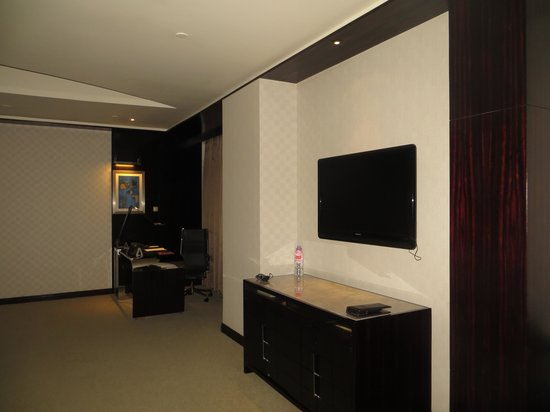Grand Kempinski Hotel Shanghai: TV and work desk