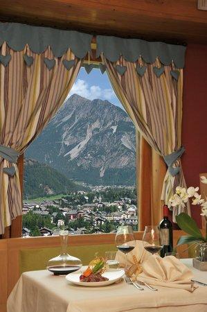 Hotel Eira: Tra un bicchier di vino ed un piatto tipico...