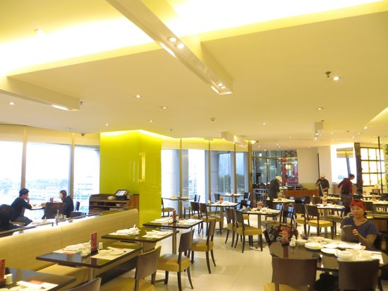 Din Tai Fung (Super Brand Mall): dining area
