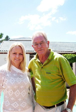Dolphin Inn Guesthouse-Blouberg: Your hosts Bokkie & Madelein (father and daughter)