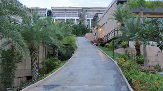 มันตรา สมุย รีสอร์ท: ホテル内の各部屋に行く坂道