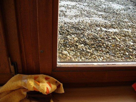 Hotel Traube: Zugeschraubtes undichtes Fenster