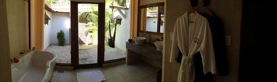 Victoria Phan Thiet Beach Resort & Spa: Panoramic view of bathroom with outdoor shower