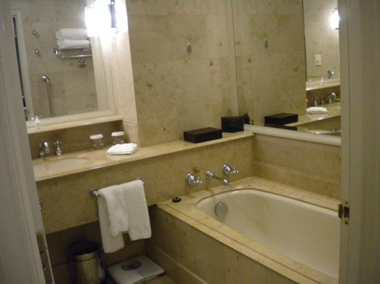 The Langham, Melbourne: Twin Club Bathroom