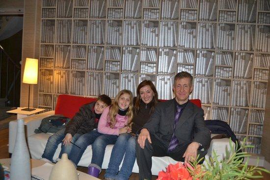 Hotel Apollon Montparnasse: En la recepción con Emmanuel