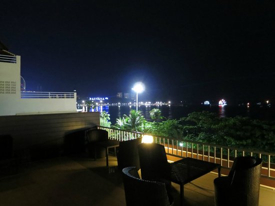 Baywalk Residence Pattaya: Night time view from bar.