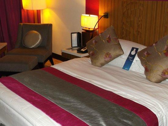 Radisson Blu Hotel, Muscat: bed