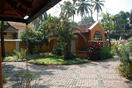 Tea Bungalow: View of the entrance from the main bungalow @ Tean Bungalow (Cochin - India)