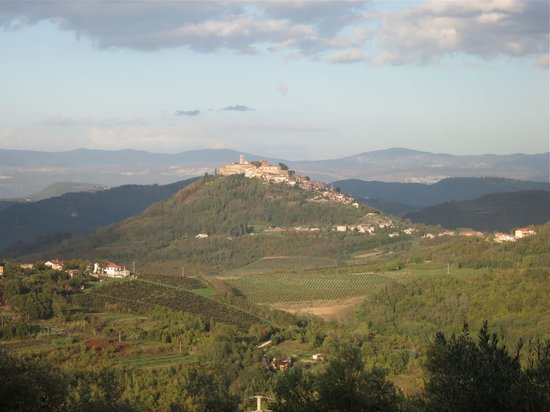 Tikel: View from our room: splendid village of Motovun 