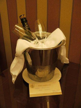 Hotel Paris Prague: champagne in room on birthday