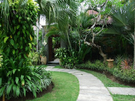 Parigata Villas Resort: Pathway to our suite 'Jepun'